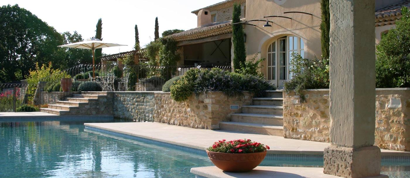 facade and swimming pool of Domaine des Coteaux, Provence
