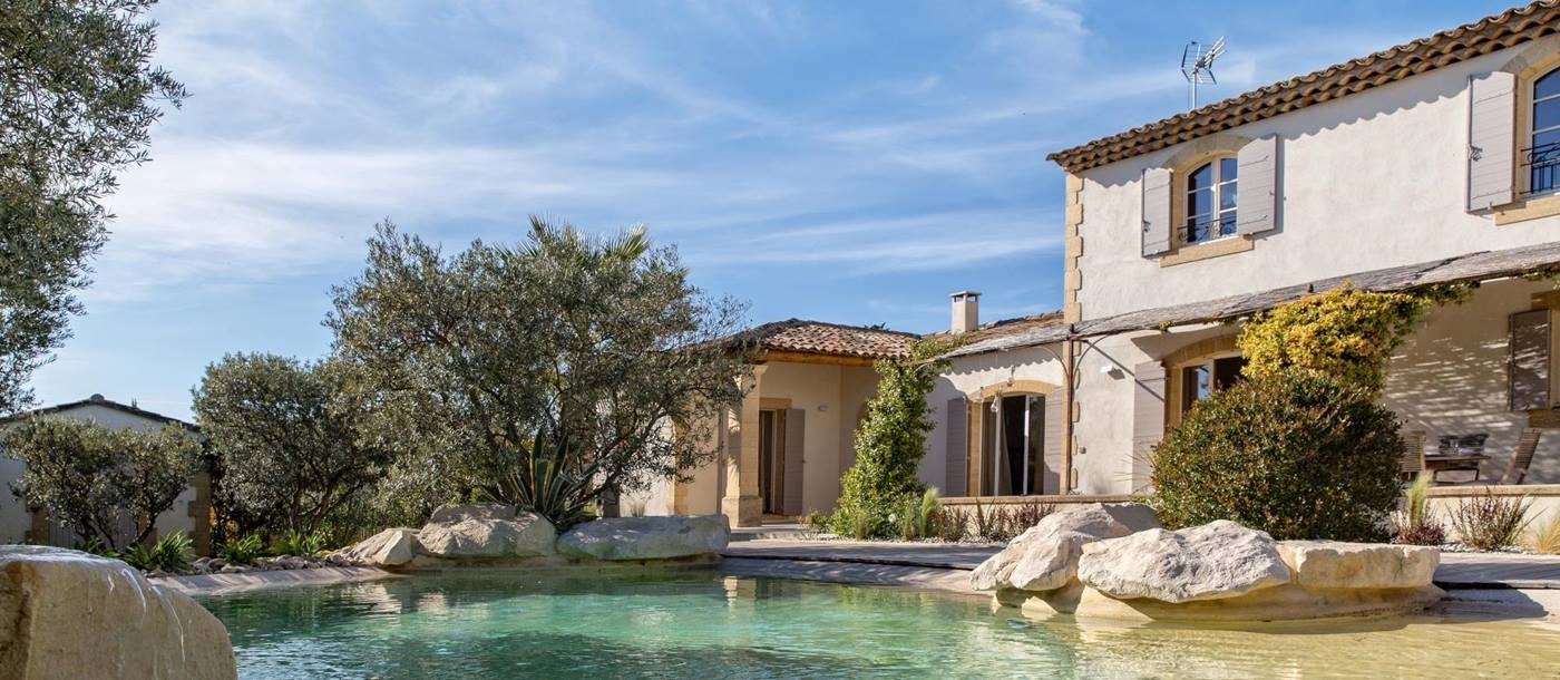 facade and swimming pool of La Maison Verdiere, Provence