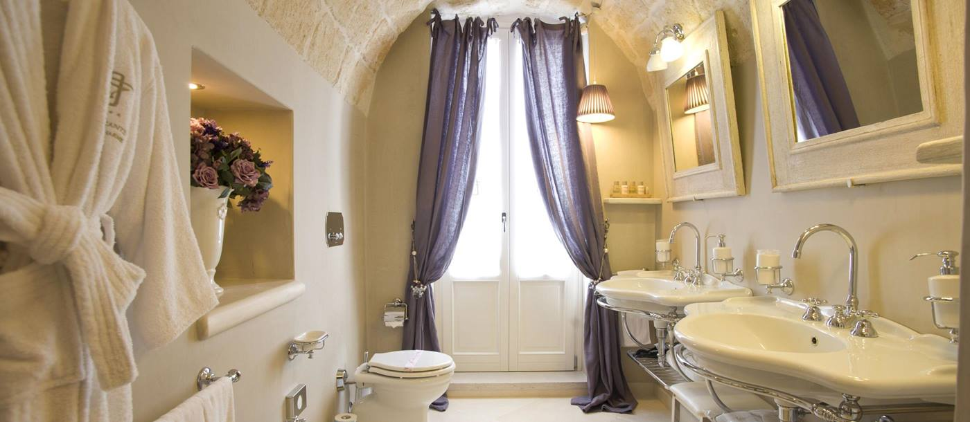 Suite bathroom in Dimora don Ferrante, Italy