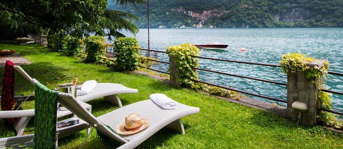 Sun loungers next to Lake Como on the property of Villa Ninfea