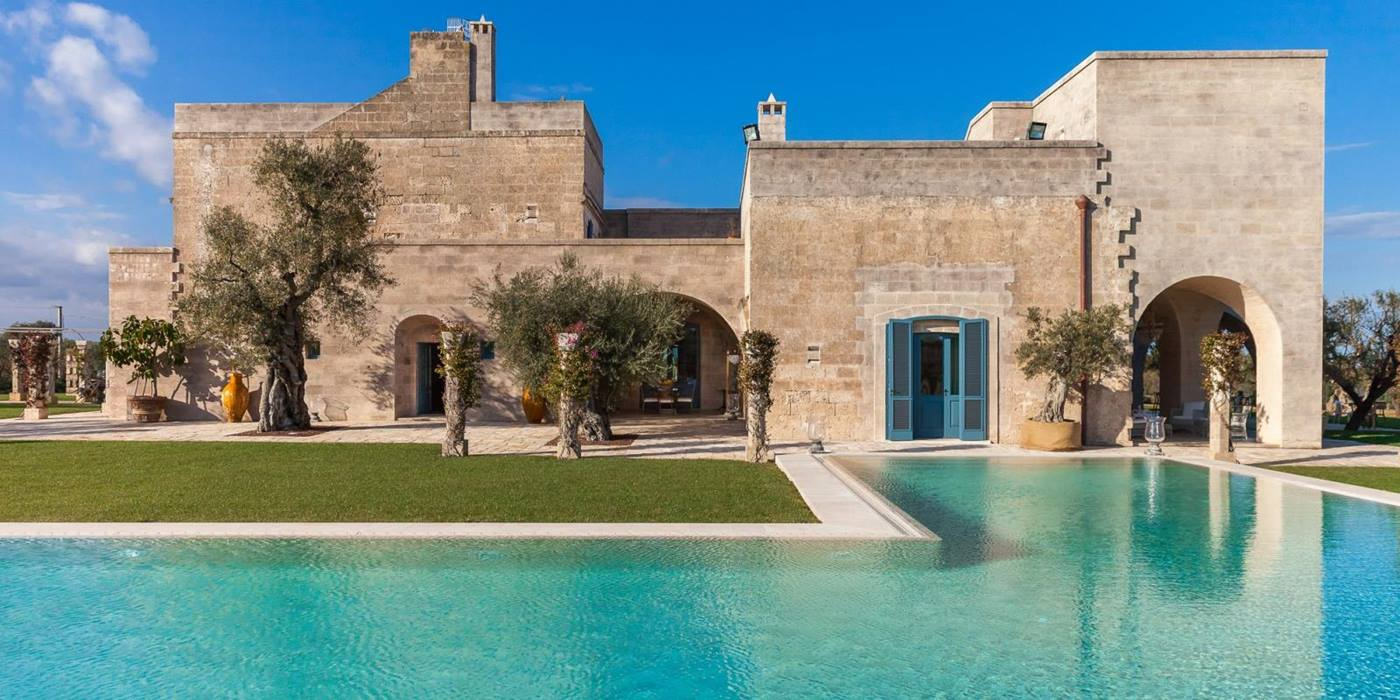 The swimming pool and facade of Residenza Pettolecchia, Puglia