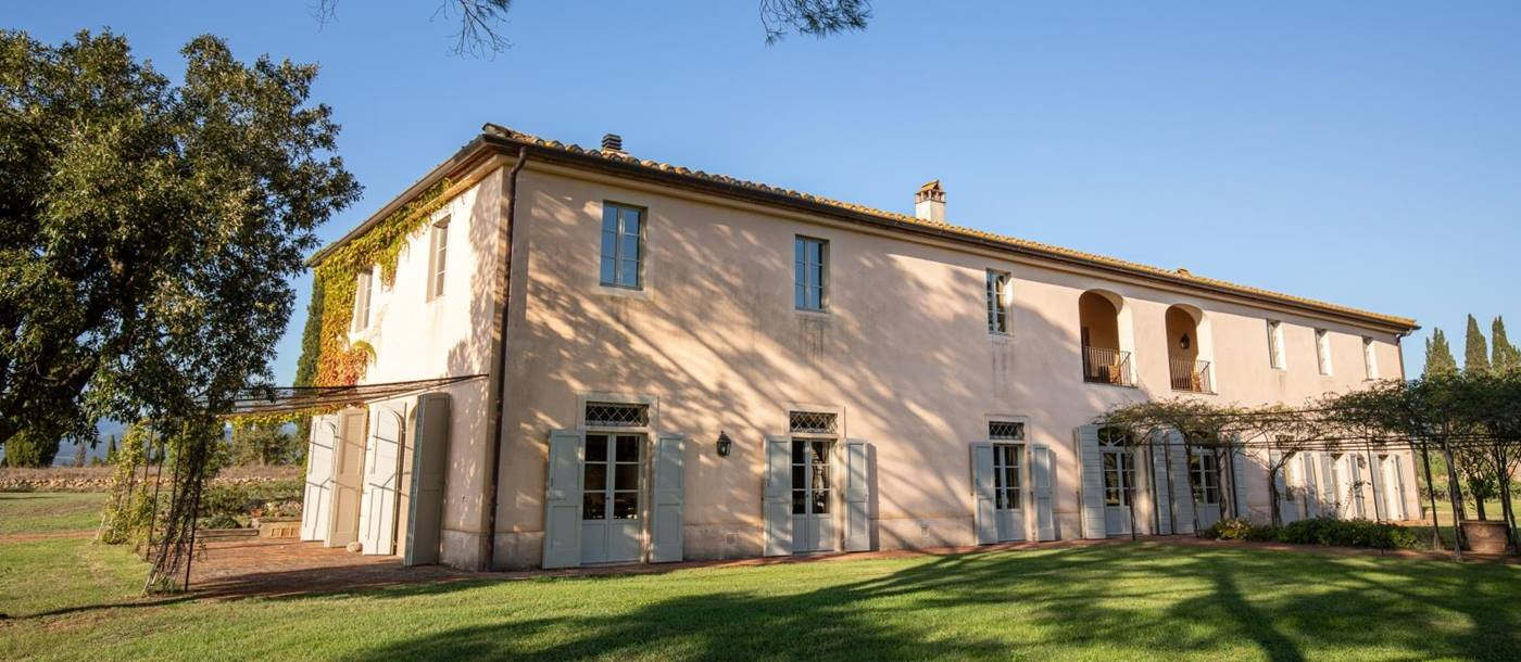 Exterior view of La Vigna villa in Tuscany Italy