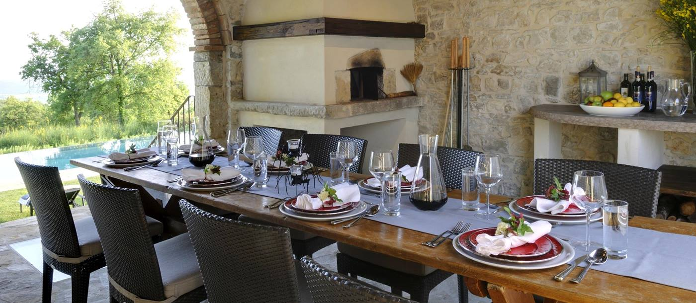 The outdoor dining table of Tramonti, Tuscany