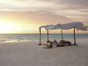 beach dining at Shangri La Villingili, Maldives