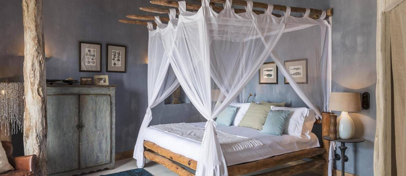 four poster bed in bedroom at luxury villa Colina Verde in Mozambique, Africa